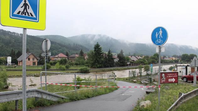 Hladina Litavky pohltila cyklostezku z Popovic do Zdic. .