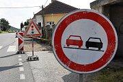 Střední Čechy (15. 6. 2018) – Dopravní značení u rekonstruovaného chodníku ve Vráži na Berounsku – směrové tabule.