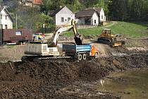 Odbahnění rybníka v Suchomastech snížilo rychlost v obci