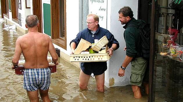Podnikatelé v České ulici v Berouně při povodni v roce 2002.