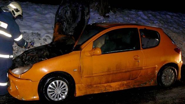 U Tetína hořel osobní vůz