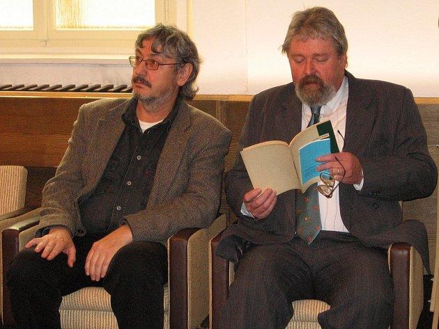 Malíř Václav Šesták (vlevo) s Martinem Langem, kurátorem výstavy Tajemný kraj mezi Brdy a Českým krasem ve zdické výstavní síni.