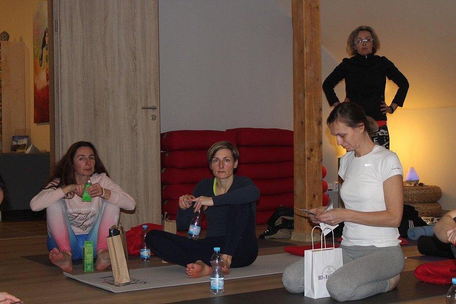 Kromě toho, že si s Václavem Krejčíkem příznivci jógy pořádně protáhli tělo, tak jim zde představil i svou novou knihu Žijte jógou.
