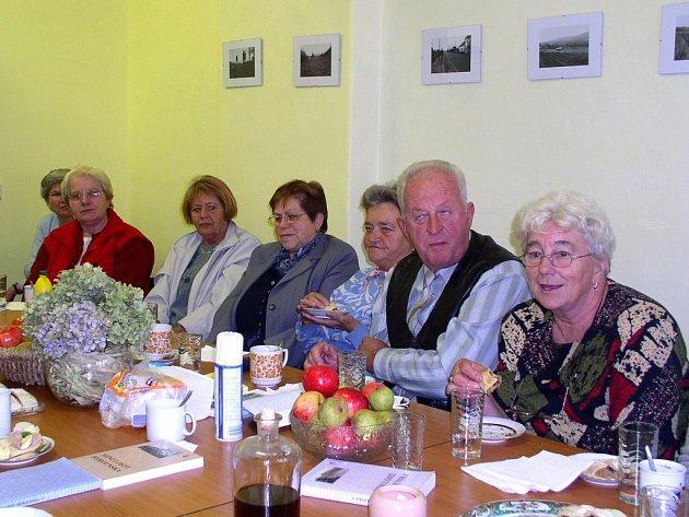 Vrážští důchodci strávili v nové společenské místnosti příjemné odpoledne
