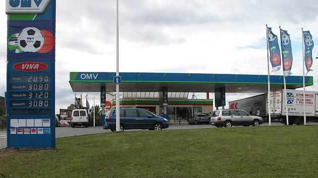 Řidiče vítá panel s vyššími cenami pohonných hmot.