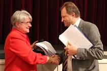 Bývalý starosta Berouna Ivan Kůs pogratuloval nové starostce Berouna Soně Chalupové.