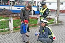 Policisté kontrolovali jak umějí chodci přecházet komunikaci.