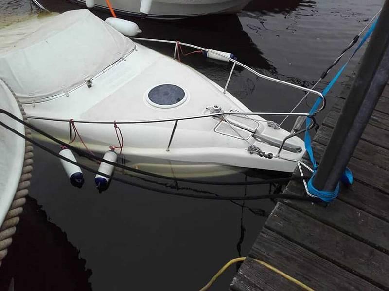 V Měchenicích vytáhli hasiči na hladinu částečně potopený člun.