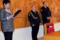 DOBROVOLNÍ hasiči ze Žebráku Petr Šlapák a Ondřej Rácz převzali v Přibyslavi ocenění za záchranu života