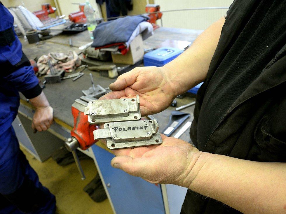 Z odborného výcviku na Středním odborném učilišti Beroun-Hlinky: žáci se učí i ručnímu obrábění kovů.
