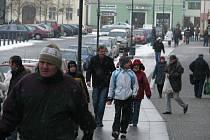 V pátek se v mnohých továrnách nepracuje, ulice Berouna jsou tak plné lidí.