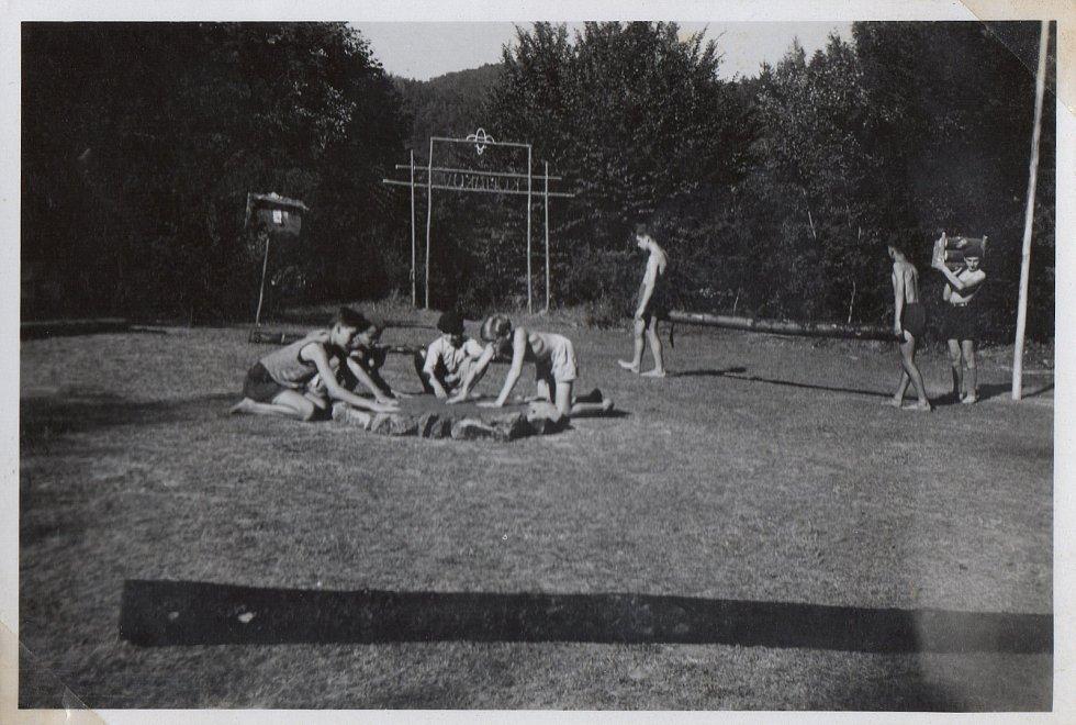 Junák Komárov (1945 - 1948). Skautský tábor u Podmokelského mlýna (1946): úprava táborového náměstí.