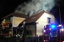 V Kublově hořel rodinný dům. Zásah trval pět hodin.