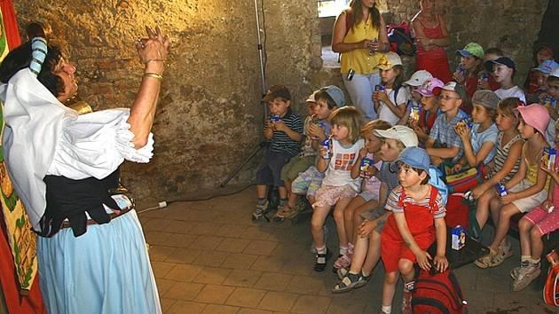 Součástí pohádkového dne na Točníku se stalo také divadlo.