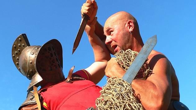 Velkolepou Bitvu gladiátorů budou moci návštěvníci Točníku zhlédnout na hradě dvakrát denně.