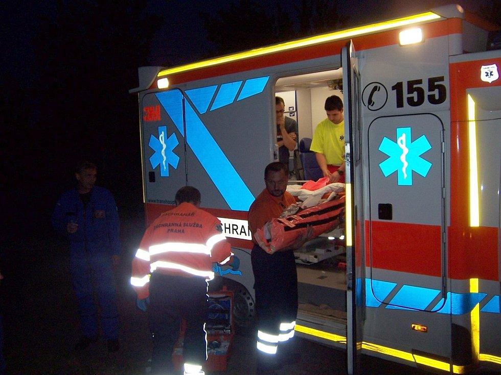 Záchranáři ošetřili malého chlapce a vrtulník ho převezl na popáleninové oddělení Fakultní nemocnice Vinohrady