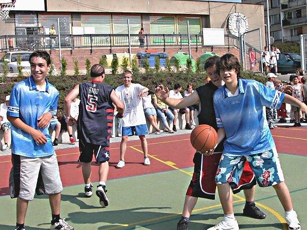Kluci z devátých tříd obou základních škol si to rozdali v basketu.
