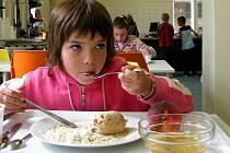 Žáci Základní školy na Wagnerově náměstí si nový systém v moderní jídelně vyzkoušeli poprvé již včera.