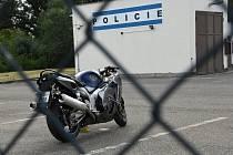 Motocykl, který v sobotu před polednem narazil do svodidel v místě zúžení na 13. kilometru dálnice D5, prozatím skončil na parkovací ploše v areálu dálniční policie v Rudné.