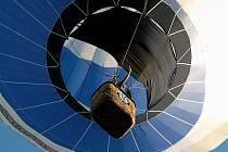 Příjemnou romantickou, ale pro někoho také adrenalinovou záležitostí, může být let balonem a pohled na krajinu shora.