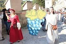 Krásné počasí a tradiční slavnosti vína přilákaly do městyse Karlštejn o víkendu tisíce lidí.