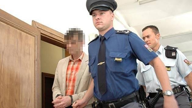 Soud s obžalovaným J.S., který je obviněn z vraždy sportovního činovníka z Berounska