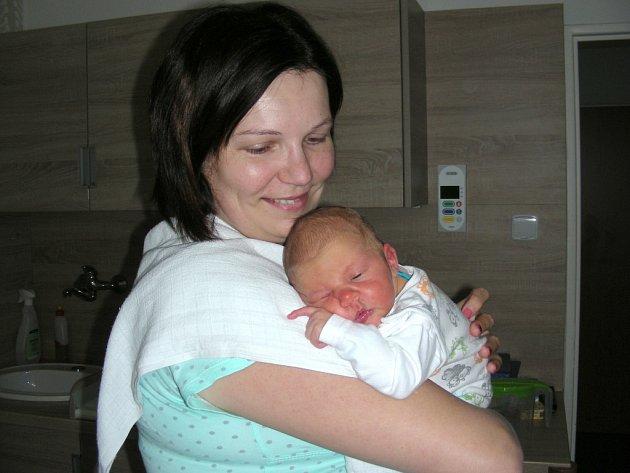 ŠŤASTNÁ maminka Kamila Černá z Habru u Volduch chová v náručí syna Adama, kterého přivedla na svět 30. dubna 2017. Chlapečkovy porodní míry byly rovných 50 cm a 3,44 kg. Z Adámka se radují tatínek Michal Černý a bráška Míša Černý (2,5 roku).