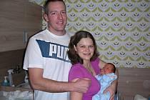 NOVOPEČENÍ rodiče Martin a Lucie Rudolfovi z Komárova chovají v náručí syna Lukáše, kterého přivedli společně na svět 6. ledna 2017. Lukáškovi sestřičky na porodním sále navážily 3,25 kg a naměřily 49 cm.