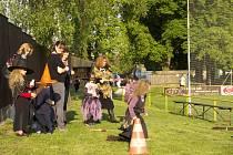 Čarodějný pětiboj byl pro malé čaroděje a čarodějnice  připraven na cerhovickém hřišti.