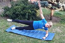 Johanna Šafránková v tréninku doma na zahradě.