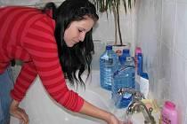 Denisa Laura nás přesvědčila, že u nich voda zatím teče.