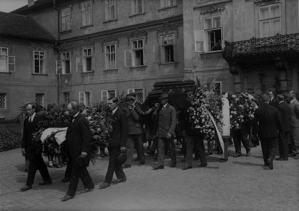Videoklip k písni evokuje tragický životní příběh bratra majitele hořovického panství a akrobatického letce Tassila prince Hanau.
