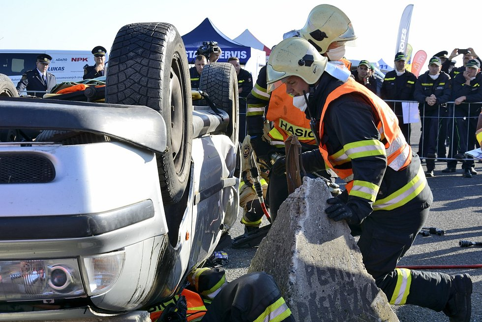 Z Velké ceny Hořovic, hasičské soutěže ve vyprošťování osob z havarovaných vozidel na letišti Tlustice.