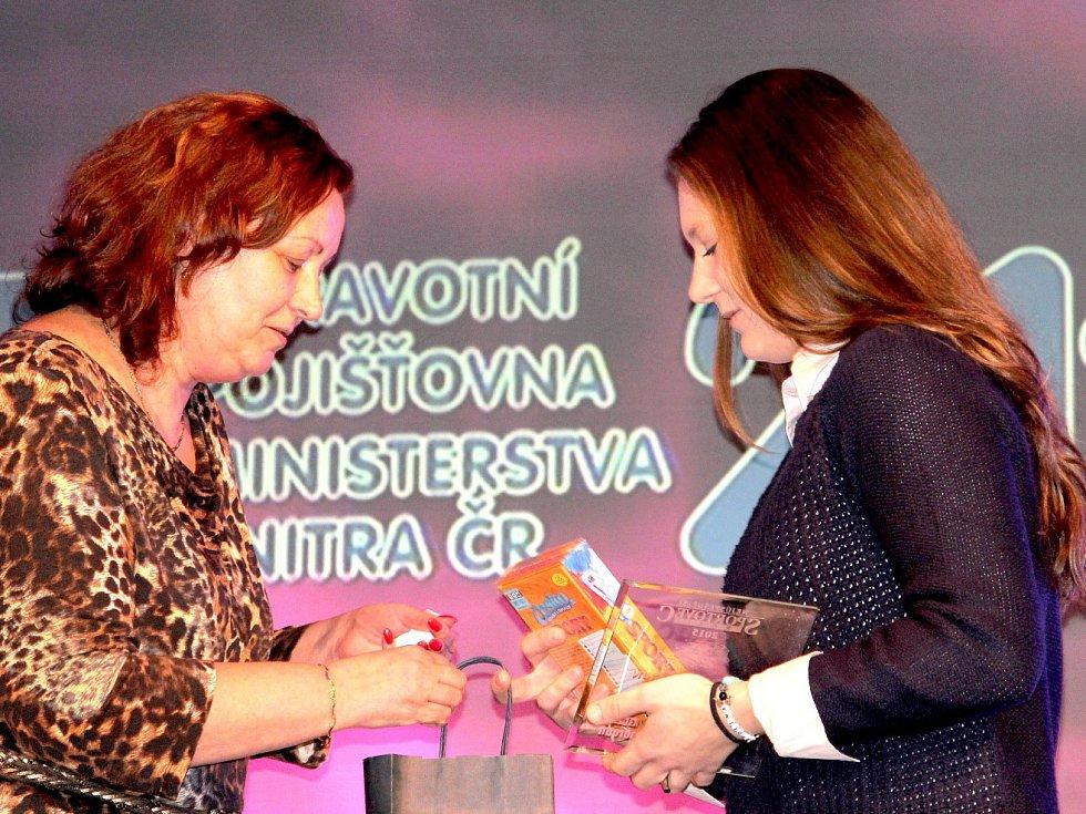 Karolína Kosinová přebírá cenu Krajánek roku.