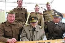 CELÉ dopoledne v areálu zdického Army muzea prožil i přímý účastník bitvy u Sokolova Alexandr Beer (uprostřed). Na snímku jsou společně s ním zástupci Klubu vojenské historie Brodce.