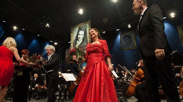 Koncert Pocta Jarmile Novotné v areálu zámku Liteň.