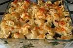 Žluté těstoviny se špenátem. Na snímku je varianta bez slunečnicových semínek, které tentokrát ve spíži chyběly.