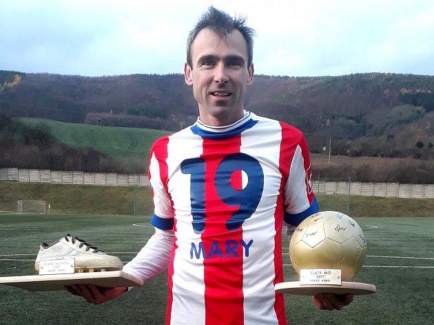 Marek Horel s dárky od mladších spoluhráčů - zlatou kopačkou a zlatým míčem