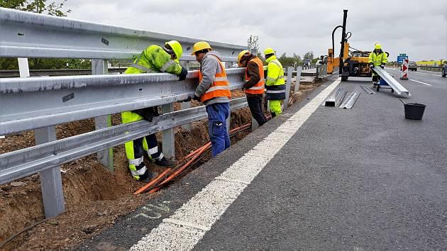 Instalace dělících svodidel na úseku dálnice D5 mezi obcemi Žebrák a Mýto.