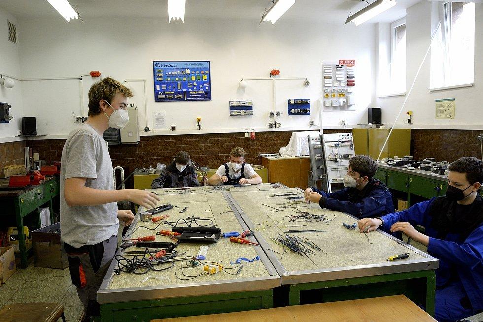 Z odborného výcviku na Středním odborném učilišti Beroun-Hlinky: elektrikářská dílna.
