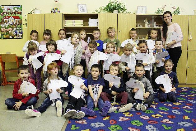 Prvňáčci ze ZŠ P. Lisého Hostomice pod vedením třídní učitelky Jiřiny Šebkové. Na snímku žáci sučitelkou hudební výchovy Lucií Strohschneiderovou.