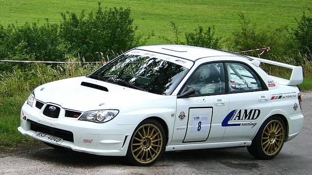 Aleš Dlouhý a David Martásek na voze Subaru Impreza se stali celkovými vítězi Erzetky, když zvítězili před druhými Petrem Koutným a Simonou Koutnou o pouhých 33 setin.
