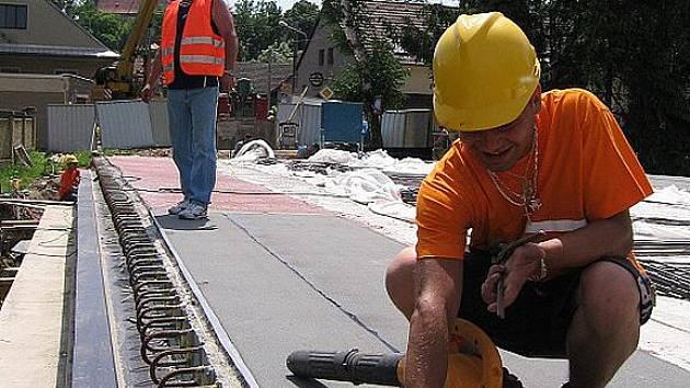 Přilba může zachránit život, mnoho dělníků to však ignoruje