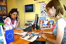 V cestovní kanceláři v Havlíčkově ulici v Berouně si teď lidé vybírají zájezdy last minute.