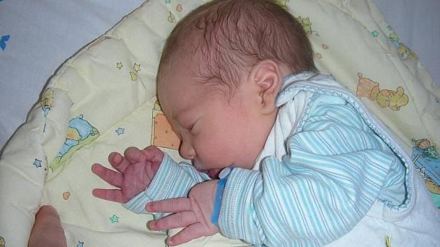 František Chmelík, prvorozený synek manželů Terezy a Dana z Horoměřic se narodil ve středu 16. června a tatínek si nenechal příchod Fanouška na svět ujít. Po porodu vážil chlapeček 3,10 kg.