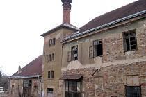 Poškozené domy v Hostomicích