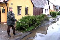 Před domkem Jaroslava Mudry z Cerhovic se tvoří kaluž. Projíždějící automobily stříkají znečištěnou vodu na novou fasádu