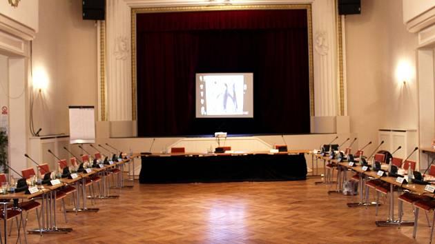 Sál Plzeňky před zahájením zasedání zastupitelstva Beroun