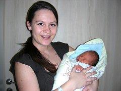 Šťastná maminka Petra Hrdličková z Tihavy chová v náručí syna Petra, kterého přivedla na svět o 1. svátku vánočním, 25. prosince 2015. Chlapečkovy porodní míry byly 3,11 kg a 45 cm. Z Petříka se raduje tatínek David Hrdlička a dvouletá sestřička Verunka.