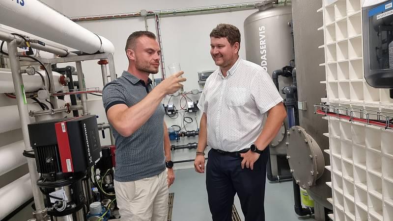 Radní Tomáš Cibulka (vlevo) ochutnává upravenou vodu přes nanofiltraci. Foto: Ondřej Totzauer